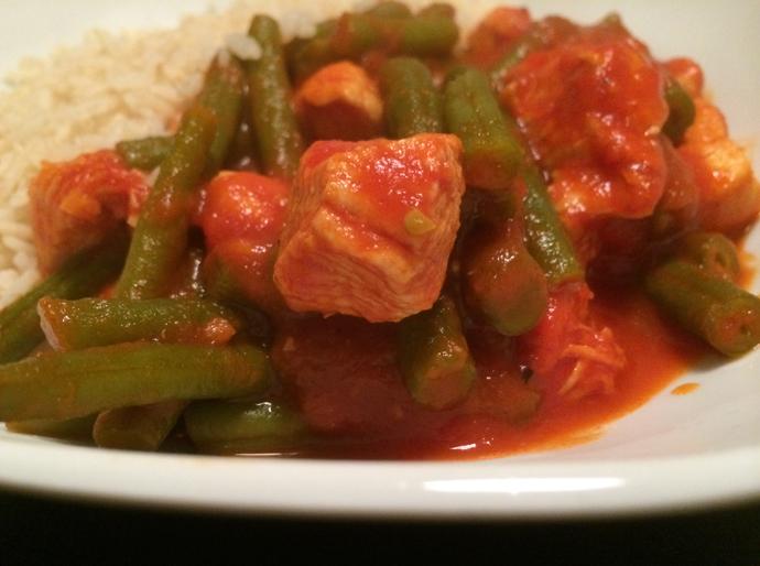 kip-in-tomatensaus-met-sperziebonen-en-rijst-kipstoof